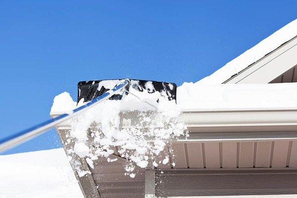 Lume- ja jää eemaldamine katuselt
